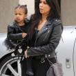 "Kim Kardashian e figlia Nori ""dark"": tutte e 2 indossano giacca pelle nera11"