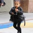 "Kim Kardashian e figlia Nori ""dark"": tutte e 2 indossano giacca pelle nera10"