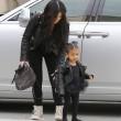 "Kim Kardashian e figlia Nori ""dark"": tutte e 2 indossano giacca pelle nera6"