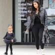 "Kim Kardashian e figlia Nori ""dark"": tutte e 2 indossano giacca pelle nera05"