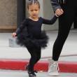 "Kim Kardashian e figlia Nori ""dark"": tutte e 2 indossano giacca pelle nera03"