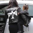 "Kim Kardashian e figlia Nori ""dark"": tutte e 2 indossano giacca pelle nera19"