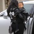 "Kim Kardashian e figlia Nori ""dark"": tutte e 2 indossano giacca pelle nera16"
