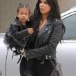 "Kim Kardashian e figlia Nori ""dark"": tutte e 2 indossano giacca pelle nera12"