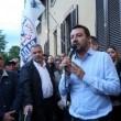 Lega nord, Matteo Salvini a Segrate: manifestanti lanciano uova e vernice VIDEO