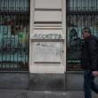 """""""Nessuno tocchi Milano"""": in migliaia a ripulire muri e scritte dei black bloc"""
