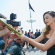 Miranda Kerr a Cannes: prima in rosa shocking super scollato, poi in nero23