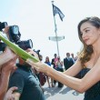 Miranda Kerr a Cannes: prima in rosa shocking super scollato, poi in nero26