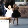 North e Penelope, figlie di Kim e Kourtney Kardashian a danza insieme08