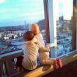 Bimbe malate si abbracciano e guardano l'orizzonte: foto su Fb commuove il web