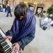 pianista homeless intrattiene pendolari alla stazione di Newcastle02