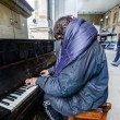 pianista homeless intrattiene pendolari alla stazione di Newcastle