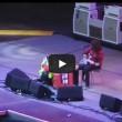 Dave Grohl cade, si rompe gamba ma continua concerto (1)