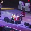 Dave Grohl cade, si rompe gamba ma continua concerto (3)
