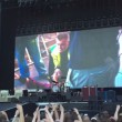 Dave Grohl cade, si rompe gamba ma continua concerto (5)