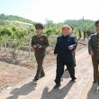 Kim Jong-un, leader Corea del Nord vestito da agricoltore visita fattoria04