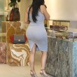 Kim Kardashian incinta, quasi scoppia nel tubino aderente FOTO