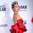 Miley Cyrus, outfit esagerato Amfar Gala: peli sotto le ascelle e strascico FOTO 4