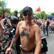 Nudi in bici contro l'inquinamento delle auto FOTO 4
