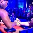 ex rugbista si rompe braccio in diretta tv durante sfida braccio di ferro 05