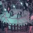 VIDEO YouTube. Isis fa lottare ragazzini nella gabbia della morte dei wrestler
