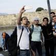 Grecia, profughi siriani sbarcano a Kos: selfie tra i turisti