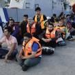 Grecia, profughi siriani sbarcano a Kos: selfie tra i turisti 02