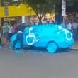 Parcheggia auto su posto disabili: la ritrova tappezzata di...01