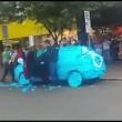 Parcheggia auto su posto disabili: la ritrova tappezzata di...02