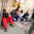 Milano, migranti nei negozi vuoti01