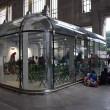 Milano, migranti nei negozi vuoti04