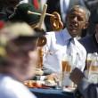 G7: Merkel fa gli onori di casa, Obama beve birra