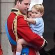 Principe William posa come Carlo: figlioletto George in braccio FOTO 8