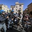 Roma, corteo anti-rom CasaPound contro corteo anti-fascisti: scontri 01
