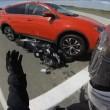 Semaforo è rosso: ingrana retromarcia col suv e travolge motociclista