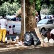 Roma, stazione Tiburtina: profughi dormono in strada tra feci e rifiuti08