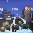 VIDEO YouTube - Simon Brodkin, banconote in faccia a Joseph Blatter alla Fifa