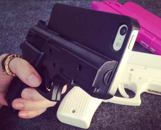 Cover iPhone a forma di pistola FOTO. Per polizia Usa andarci in ...