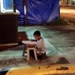 Filippine, bimbo studia alla luce del lampione: FOTO diventa un simbolo 02