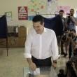 """Tsipras al seggio, folla di giornalisti: """"Democrazia vince su paura"""