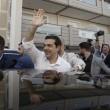 """Tsipras al seggio, folla di giornalisti: """"Democrazia vince su paura02"""