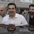 """Tsipras al seggio, folla di giornalisti: """"Democrazia vince su paura05"""
