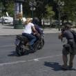 """Grecia, Yanis Varoufakis si dimette: """"Lo faccio per aiutare Tsipras."""" Poi se ne va con la moglie in moto"""