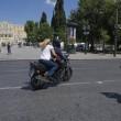 """Grecia, Yanis Varoufakis si dimette: """"Lo faccio per aiutare Tsipras."""" Poi se ne va con la moglie in moto2"""