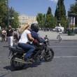 """Grecia, Yanis Varoufakis si dimette: """"Lo faccio per aiutare Tsipras."""" Poi se ne va con la moglie in moto3"""