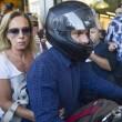 """Grecia, Yanis Varoufakis si dimette: """"Lo faccio per aiutare Tsipras."""" Poi se ne va con la moglie in moto4"""