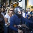 """Grecia, Yanis Varoufakis si dimette: """"Lo faccio per aiutare Tsipras."""" Poi se ne va con la moglie in moto5"""
