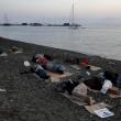 Kos (Grecia), migranti arrivano sulle spiagge dei turisti che prendono il sole9