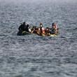 Kos (Grecia), migranti arrivano sulle spiagge dei turisti che prendono il sole8