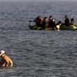 Kos (Grecia), migranti arrivano sulle spiagge dei turisti che prendono il sole6